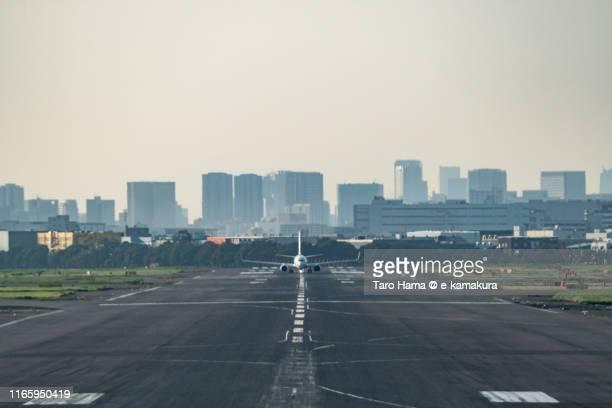 the airplane taking off tokyo haneda international airport in japan - taro hama ストックフォトと画像