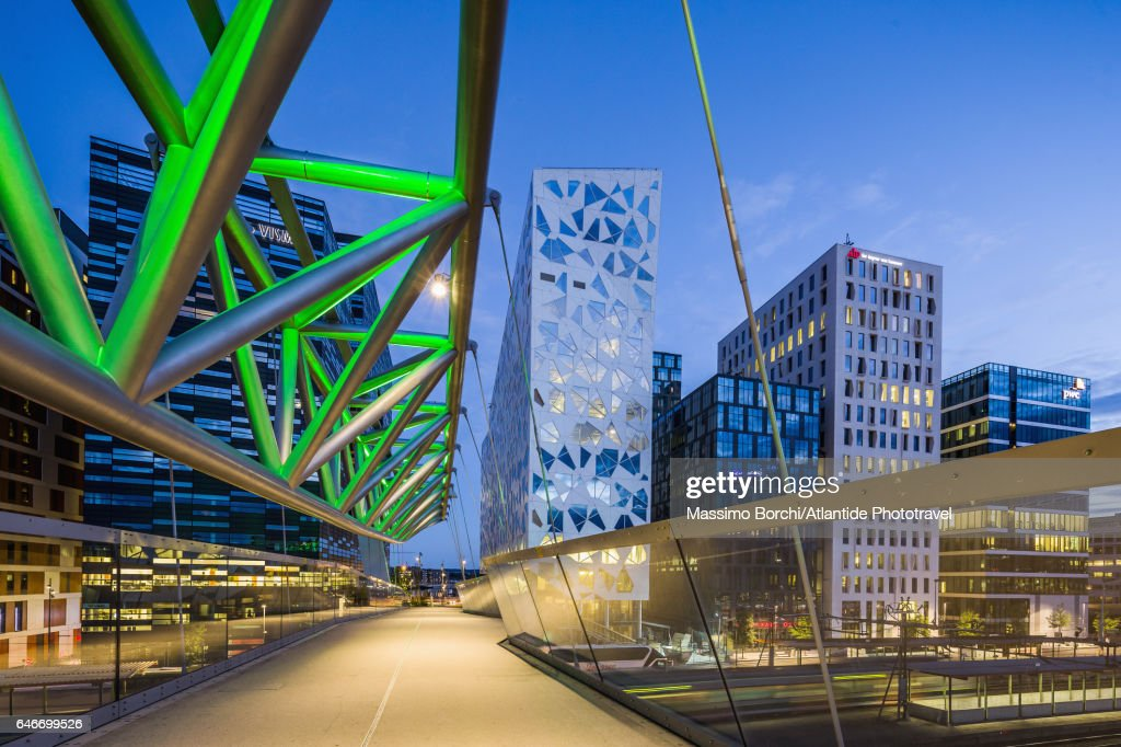The Akrobaten (the acrobat) pedestrian bridge (designed by L2 Architects) and the Bjørvika Barcode (masterplan designed by MVRDV of Rotterdam and the Norwegian firms DARK Architects and A-lab) : Stock Photo