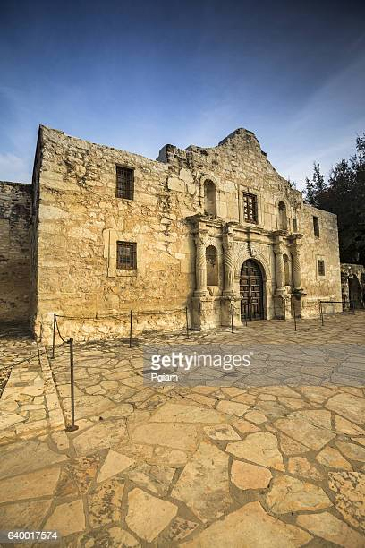the alamo in san antonio, texas, usa - davy crockett fotografías e imágenes de stock