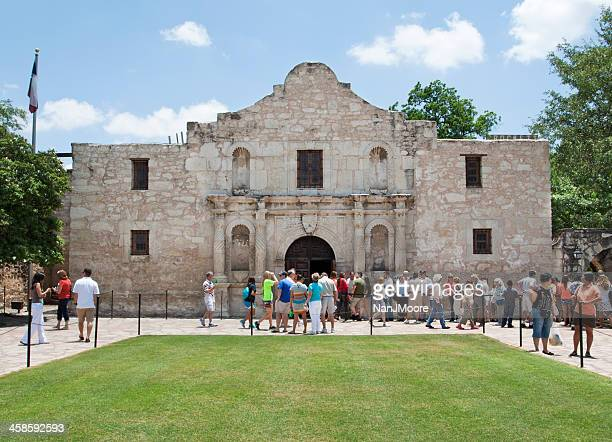 the alamo mission and tourists - alamo stock pictures, royalty-free photos & images