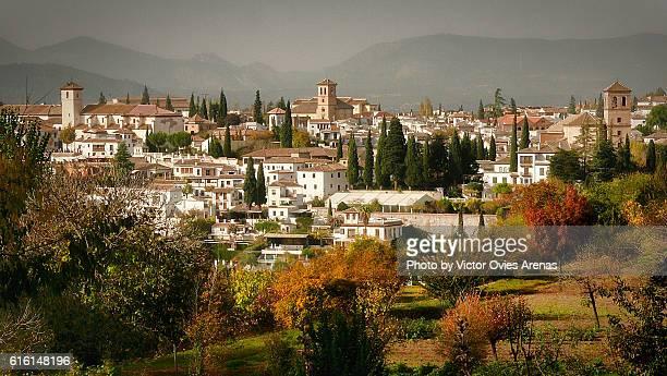 the albaicin in the fall seen from the generalife gardens in the alhambra in granada, spain - albaicín fotografías e imágenes de stock
