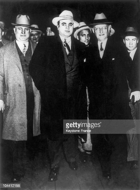 The alcohol trafficker and tax evader Al CAPONE upon his arrival to the Atlanta penitentiary in May 1932 He is pictured surrounded by many policemen...