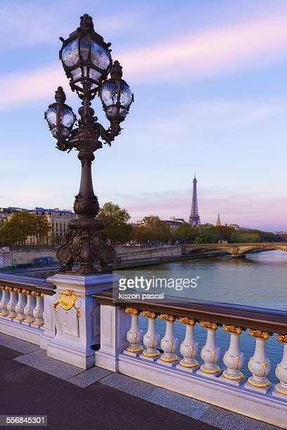 the alexandre iii bridge at sunrise - pont alexandre iii photos et images de collection