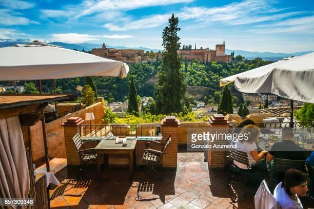 the alhambra at granada spain - albaicín fotografías e imágenes de stock
