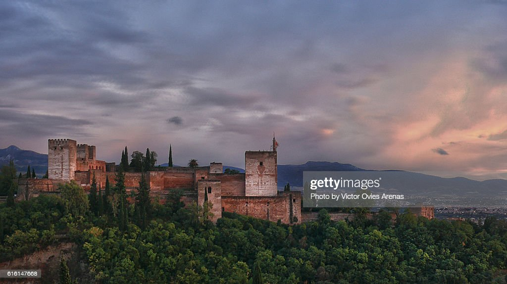 The Alhambra at sunset after the rain from the Albaicin, Granada : Foto de stock