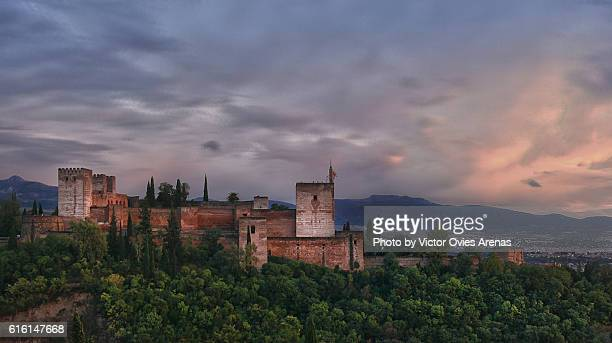 the alhambra at sunset after the rain from the albaicin, granada - victor ovies fotografías e imágenes de stock