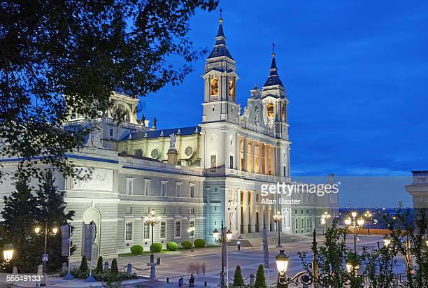 the almudena cathedral illuminated at night - アルムデナ大聖堂 ストックフォトと画像
