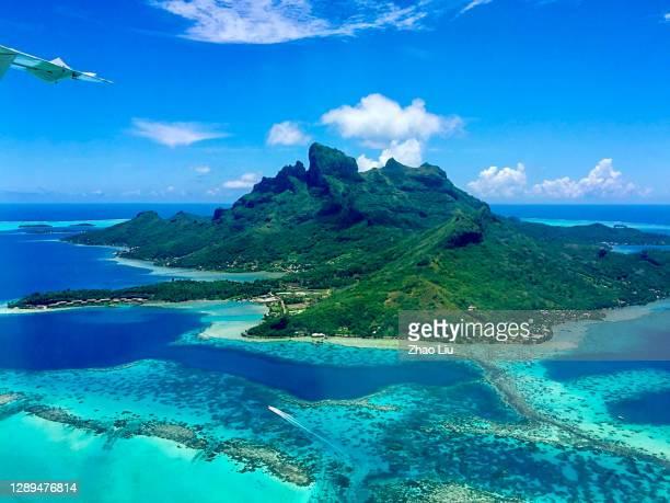 パラダイスボラボラ島、フランス領ポリネシアの素晴らしい空中写真 - ボラボラ島 ストックフォトと画像