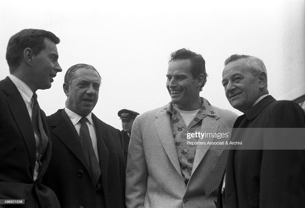 The arrival of Charlton Heston and William Wyler at the Ciampino Airport : News Photo
