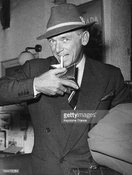 The American actor Douglas FAIRBANKS junior smoking his first cigarette at the getting of the Duesseldorf-Munich plane in 1954.