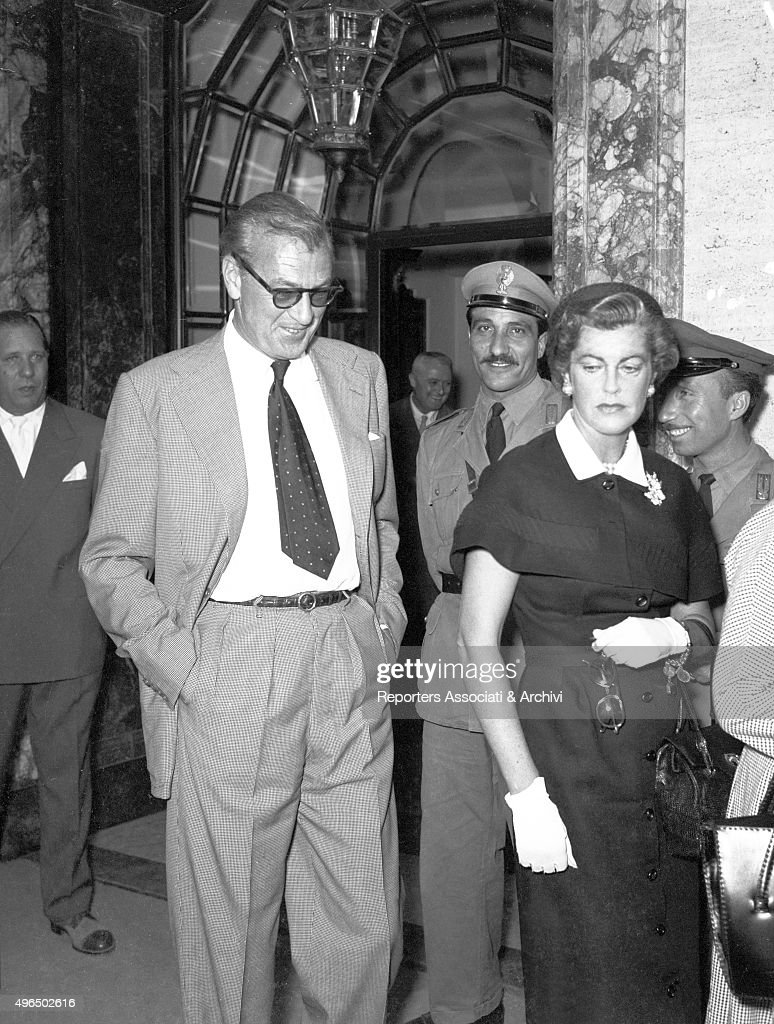 Gary Cooper with his wife in Rome : News Photo