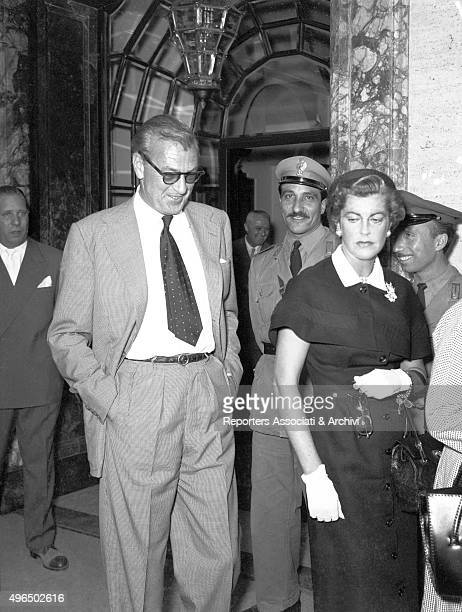 The American actor Gary Cooper with the American actress and wife Veronica Balfe coming out from the Bulgari jewellery in Via dei Condotti Rome 1957