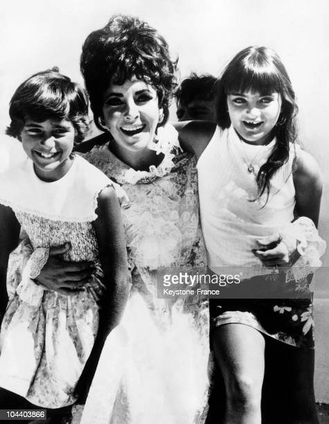 The American actress Liz TAYLOR posing with two daughter of her Liza she had from her marriage with Michael TODD and Maria whom she adopted