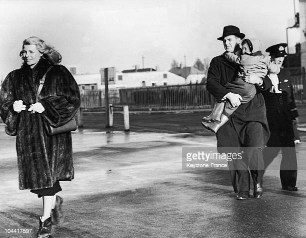 The American actress Rita HAYWORTH and her daughter Rebecca WELLES following their descent from the private jet of Prince Aly Khan on the tarmac of...