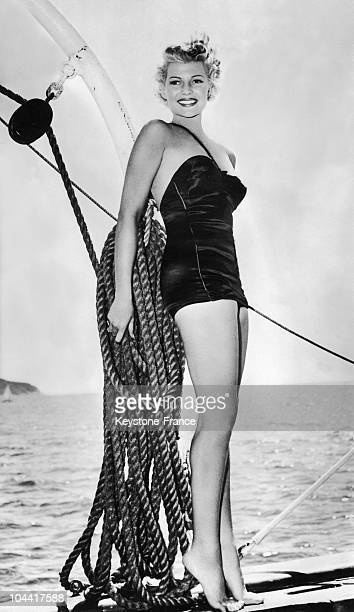 The American actress Rita HAYWORTH taking a rest between two scenes on board a yacht during the shooting of the film THE LADY FROM SHANGHAI directed...