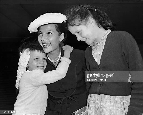 The American actress Rita HAYWORTH with her daughter Yasmine 6 years old daughter of Ali Khan and her other daughter Rebecca aged 13 daughter of...