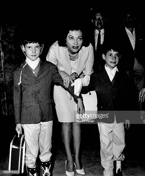 The American actress Yvonne de Carlo in Barajas Airport with her children Madrid Castilla La Mancha Spain