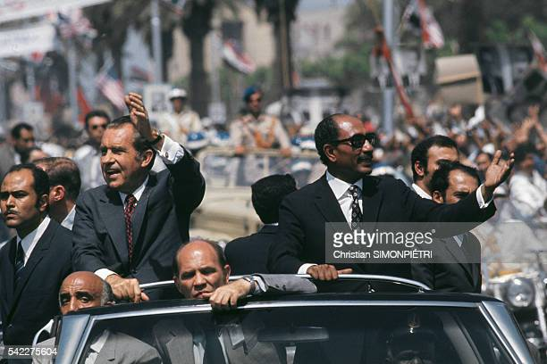 The American and Egyptian President Richard Nixon and Anwar al Sadat greet crowds who are gathered for twelve kilometers between the airport and the...