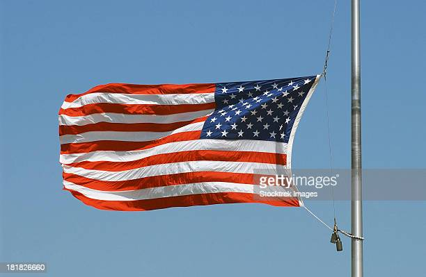 the american flag waves at half-mast. - meio pau - fotografias e filmes do acervo