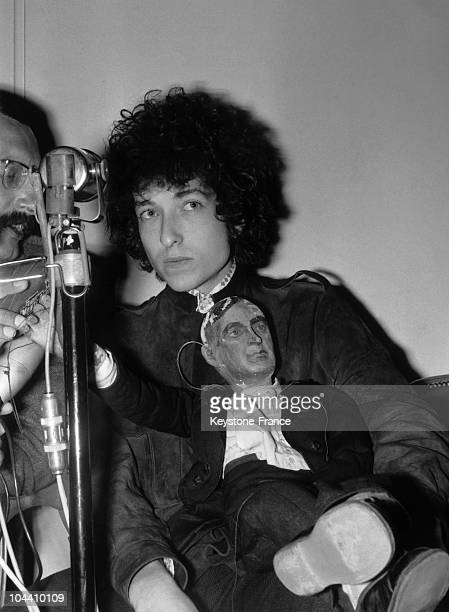 The American folk singer Bob DYLAN is giving a press conference in the GEORGE V hotel before his concert at the Olympia the day after He is carrying...