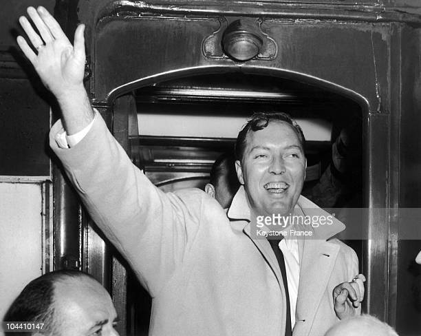 The American rock'n roll singer Bill HALEY leaving a train at Victoria Station in London where he is welcomed by the crowd