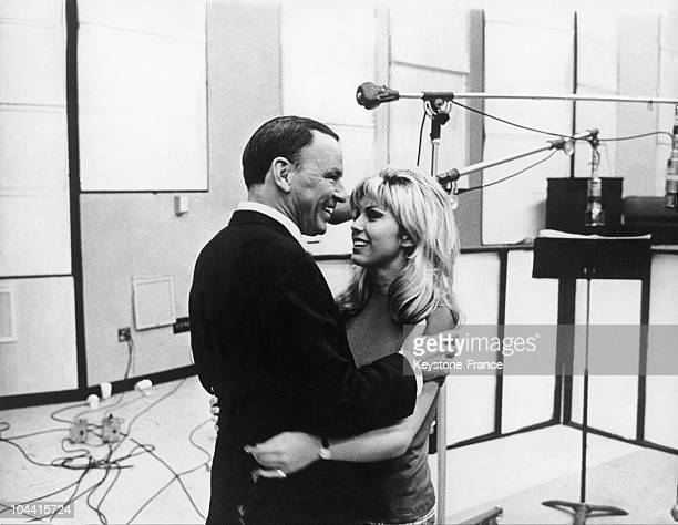 The American singer Franck SINATRA and his daughter Nancy SINATRA taking a break during the recording session of a duet in a Hollywood studio around...