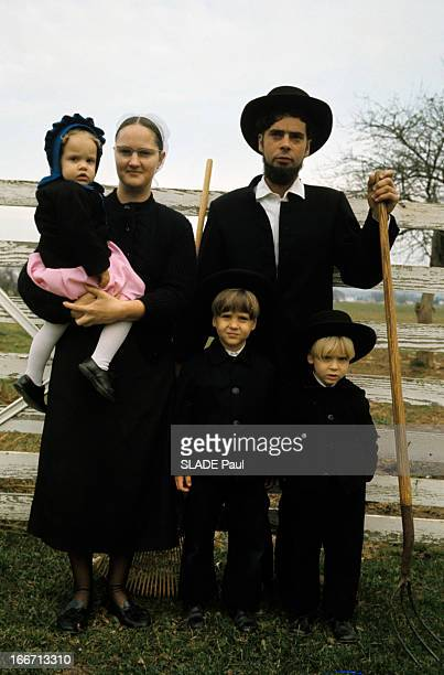 The Amish Of New Holland In Pennsylvania En Pennsylvanie dans la ville de NewHollande une famille amish vêtue de noir le père portant la barbe et un...