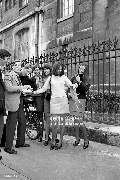 The Extending Miniskirt En France en septembre 1967 présentation de la mode mini jupes dans la rue Dans la rue trois mannequins portant une mini jupe...
