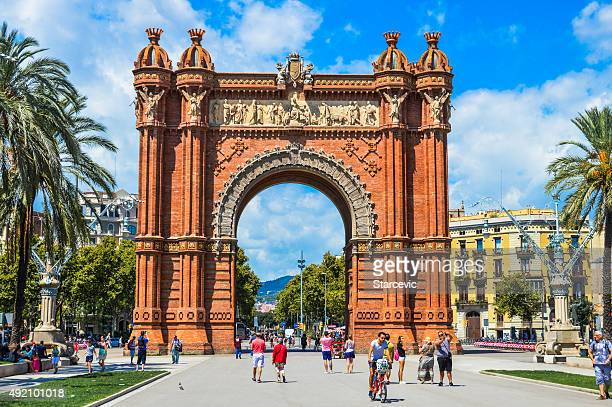 The Arc de Triomf during the day.