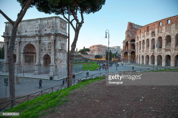 the arch of constantine and the coliseum in rome - gwengoat stock pictures, royalty-free photos & images