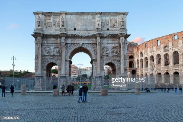 l'arc de constantin et le colisée à rome - gwengoat photos et images de collection