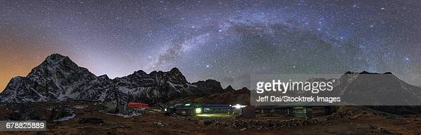 the arch of the milky way galaxy and bright zodiacal light  over the himalayas in nepal. - himalaya stockfoto's en -beelden