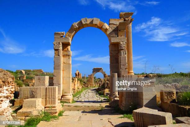 the arch of trajan - libye photos et images de collection