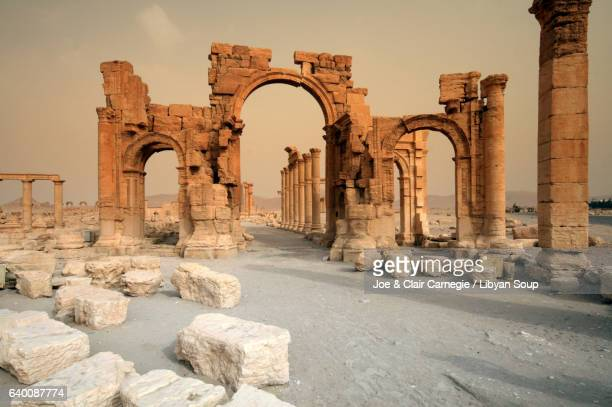 the arch of triumph in palmyra, syria before it was destroyed by isil. - palmyra stockfoto's en -beelden