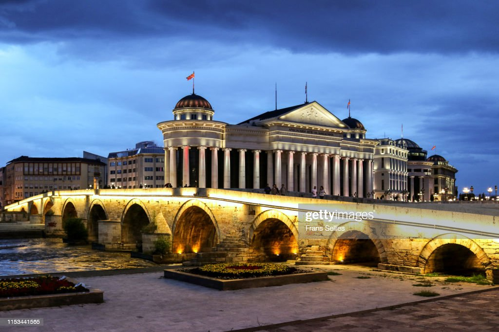 The archaeological museum with stone bridge in Skopje, North Macedonia : Stockfoto