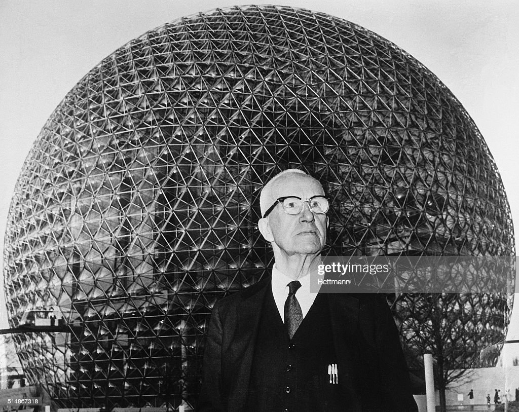 Buckminster Fuller in Front of Dome : Fotografía de noticias