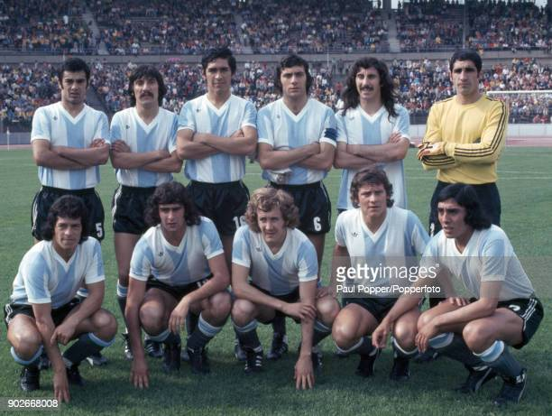 The Argentina team prior to the FIFA World Cup match between Argentina and Brazil at the Niedersachsenstadion Hannover 30th June 1974 Back row Angel...