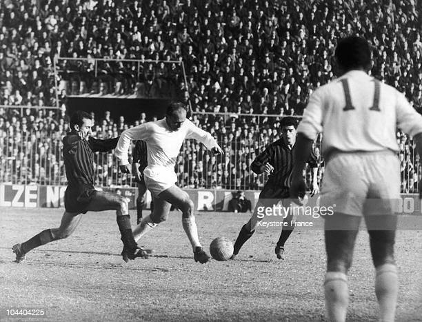 The ArgentinanSpanish soccer striker from the Real Madrid Alfredo DI STEFANO dribbled round two Milanese players From the back the Spanish left...