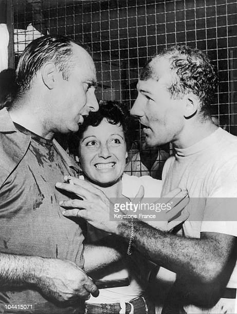 The Argentinian racecar driver Juan FANGIO congratulating the Englishman Stirling MOSS who had just won, with the VANWALL racing stable, the Monza...