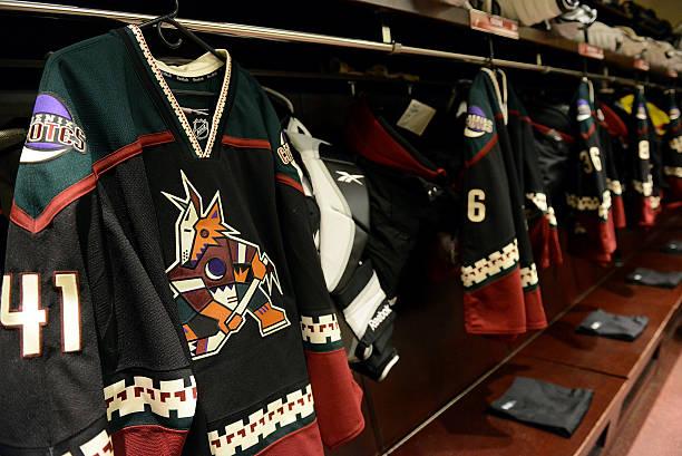 Photos et images de Vancouver Canucks v Arizona Coyotes  70cb5560b