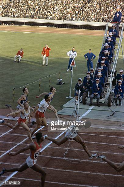 The arrival of the 200 meter sprinters at the Tokyo XVIII Olympic Games from the left Sergio Ottolina Marian Foik Edwin Roberts Harry Jerome Livio...