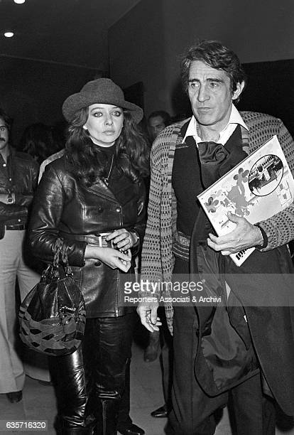 The arrival of the Italian actor comician and TV host Walter Chiari and the Italian TV hostess and actress Enrica Bonaccorti to the Sistina theatre...