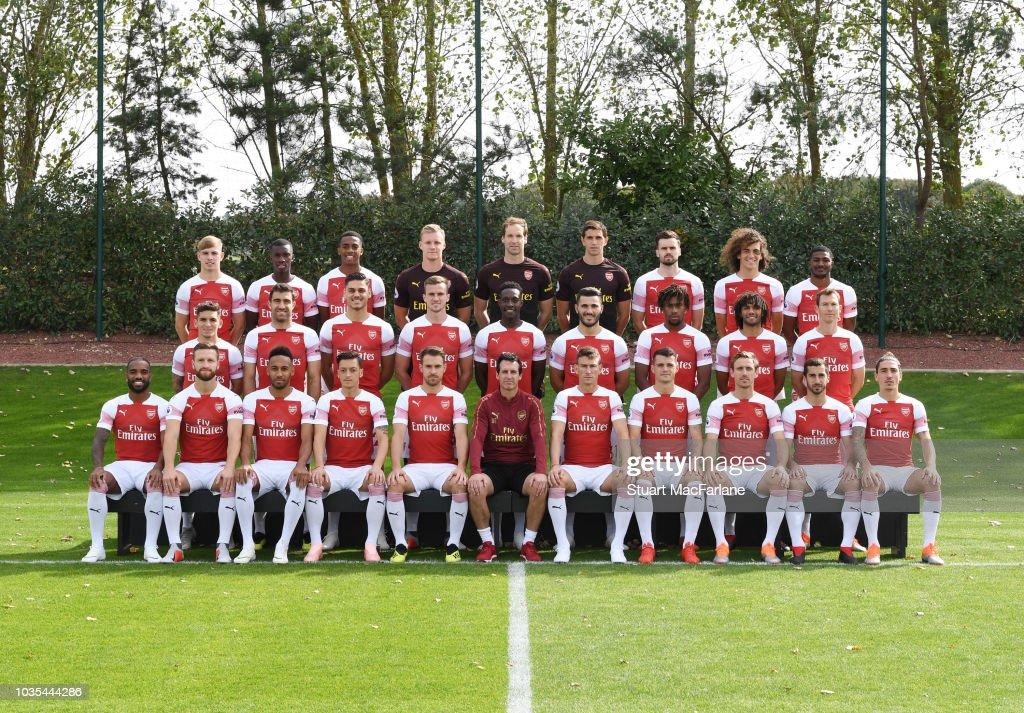 Hilo del Arsenal The-arsenal-1st-team-squad-season-201819-back-row-lr-emile-smith-rowe-picture-id1035444286