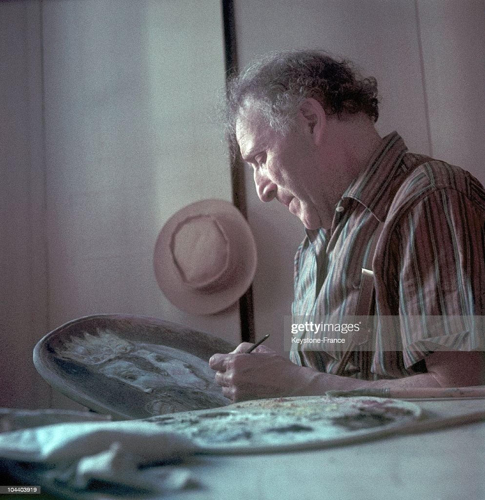 Marc Chagall Working On The Stained-Glass Windows Of Jerusalem 1968 : Nachrichtenfoto