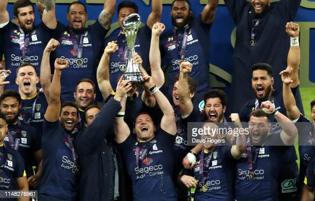 The ASM Clermont team celebrate winning the Challenge Cup Final match between La Rochelle and ASM Clermont at St. James Park on May 10, 2019 in...