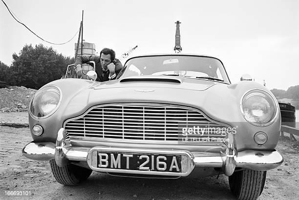 The Aston Martin Of James Bond 007 In The Movie 'Goldfinger' Le 30 septembre 1964 le cascadeur Gil DELAMARE pose sur un quai au bord de l'eau avec l'...