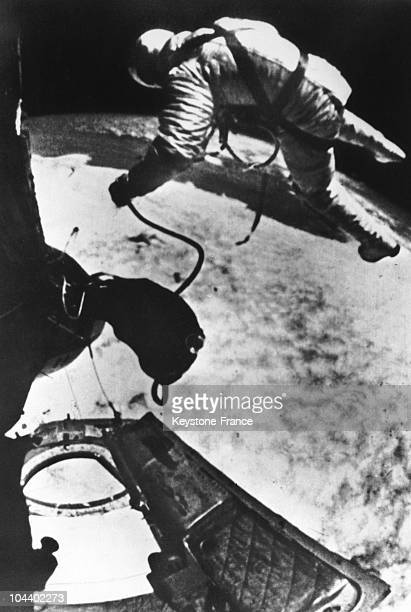 The astronaut Ed WHITE became the first man to walk in space on June 3 1966 Here he is linked to the space capsule Gemini 4 by a sort of umbilical...