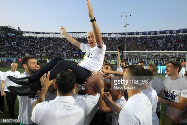 The Atalanta BC players celebrate their coach Gian Piero Gasperini at the end of the Serie A match between Atalanta BC and AC ChievoVerona at Stadio...