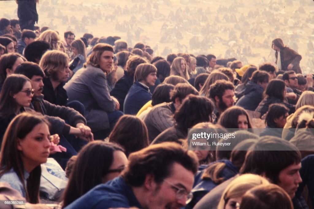 Altamont Concert - Crowd with hazy background : News Photo