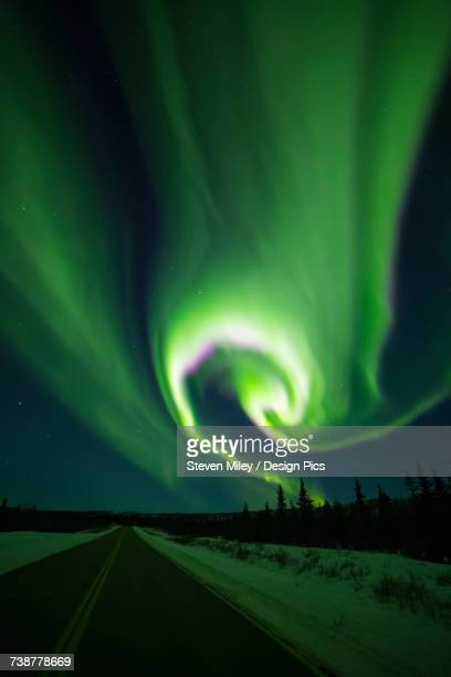 the aurora swirls over the richardson highway south of delta junction - miley fotografías e imágenes de stock